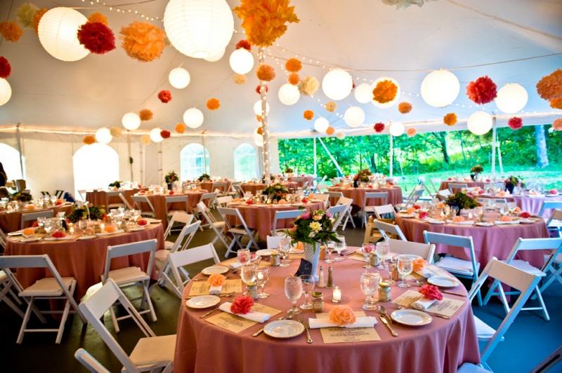 92-reception-colorful-tables-pom-poms-oranges